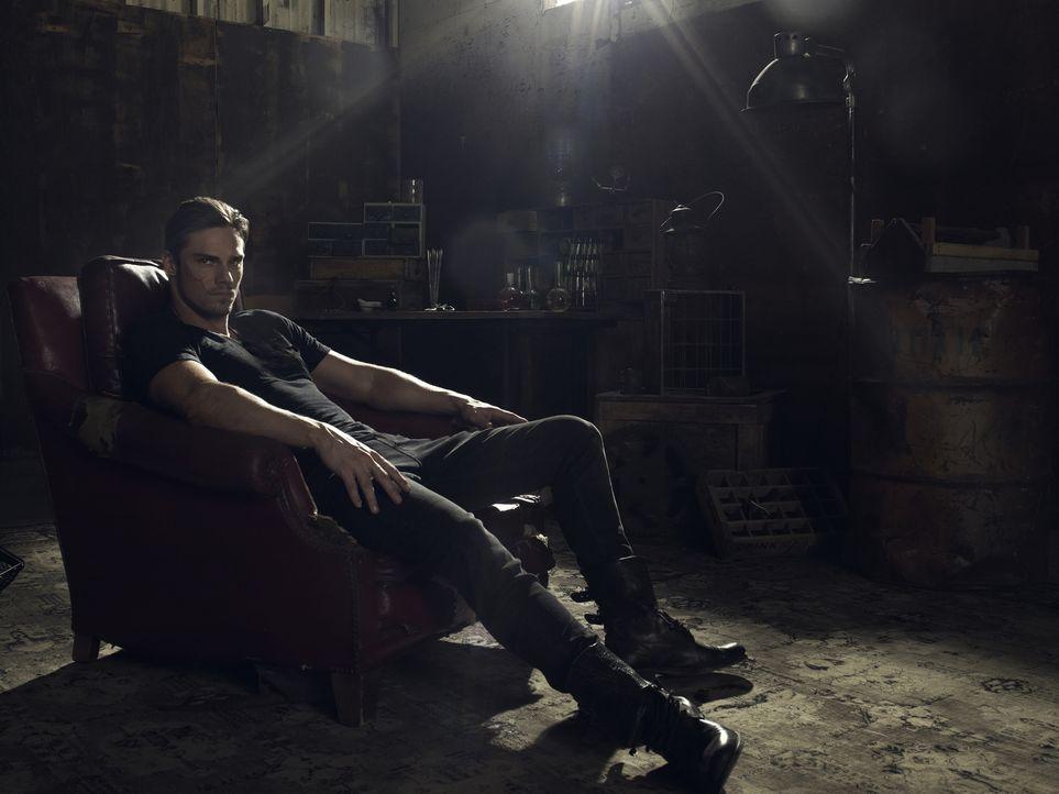 (1. Staffel) - Tritt als Beschützer der Schwachen auf, wird aber wegen seines Aussehens als Bösewicht wahrgenommen: Dr. Vincent Keller (Jay Ryan) ..... - Bildquelle: 2012 The CW Network, LLC. All rights reserved.