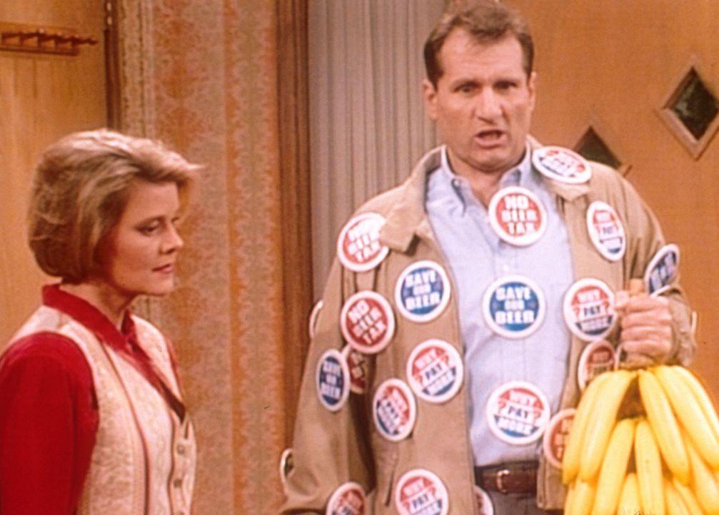 Marcy (Amanda Bearse, l.) ist entsetzt: Al (Ed O'Neill, r.) kommt sturzbetrunken von einer Wahlkampfveranstaltung ... - Bildquelle: Columbia Pictures