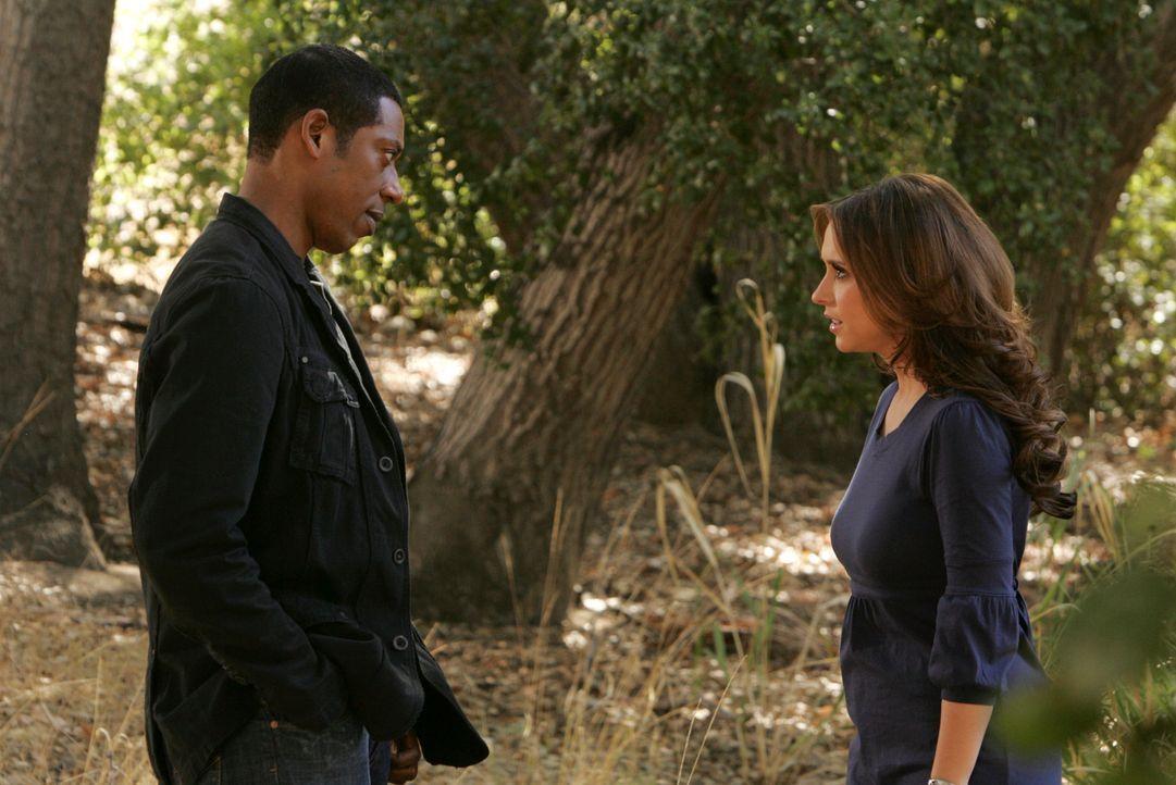 Hat Casey (Orlando Jones, l.) tatsächlich die Gabe, mit Geistern zu kommunizieren? Melinda (Jennifer Love Hewitt, r.) stellt ihn zur Rede ... - Bildquelle: ABC Studios