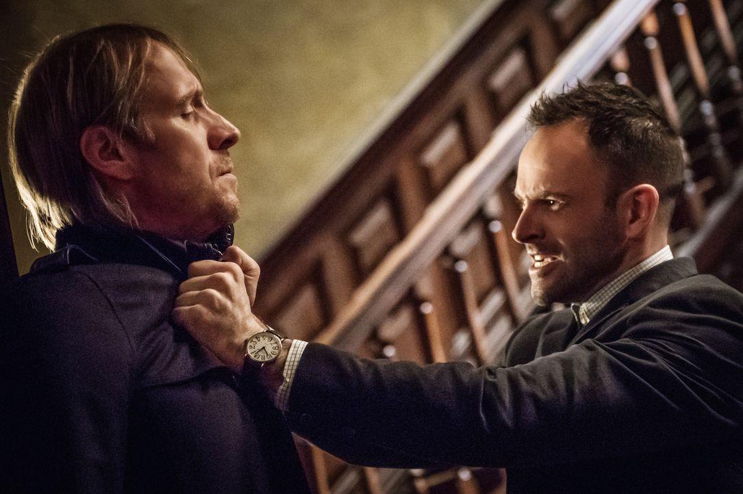 Sherlock (Jonny Lee Miller, r.) dreht durch, als er erfährt, dass Watson von einem französischen Verbrechersyndikat entführt wurde. Er gibt seinem B... - Bildquelle: CBS Television