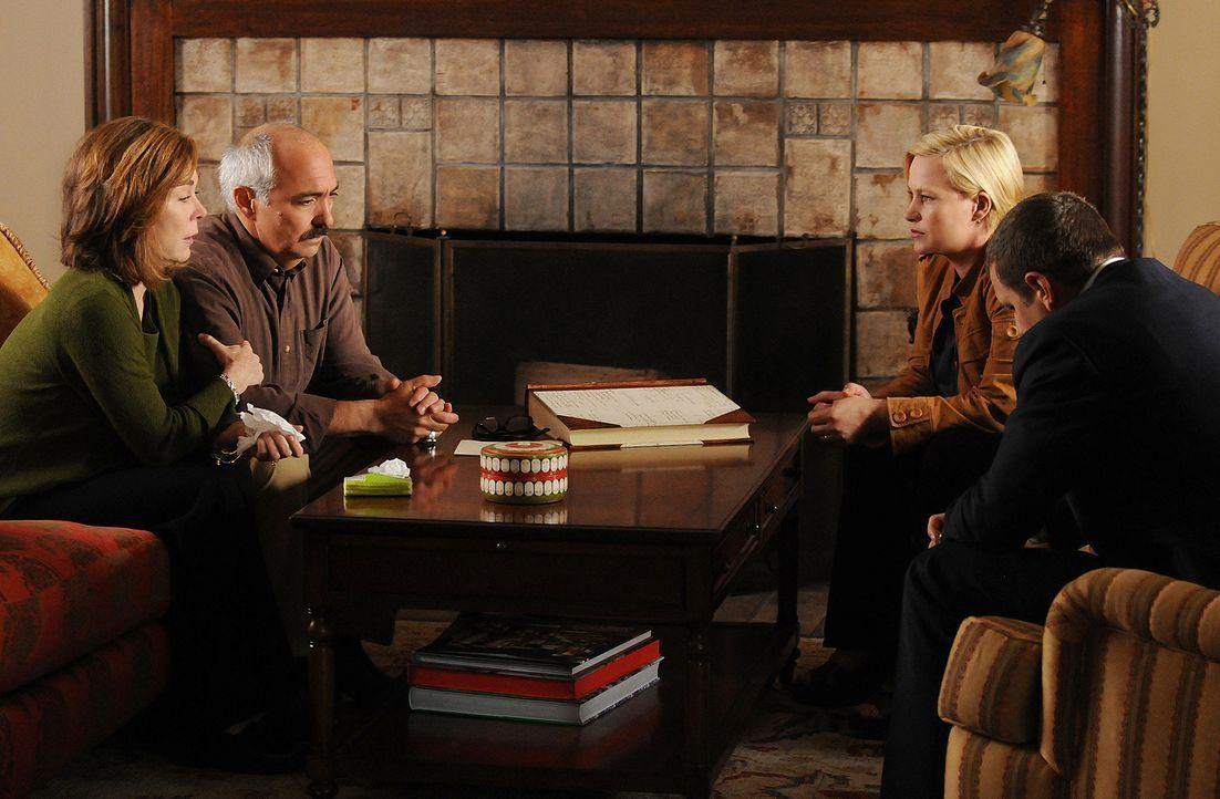 Lily (Roxanne Hart, l.) und ihr Mann Manuel Devalos (Miguel Sandoval, 2.v.l.) sind schockiert: In ihrem Briefkasten haben sie eine Glückwunschkarte... - Bildquelle: Paramount Network Television