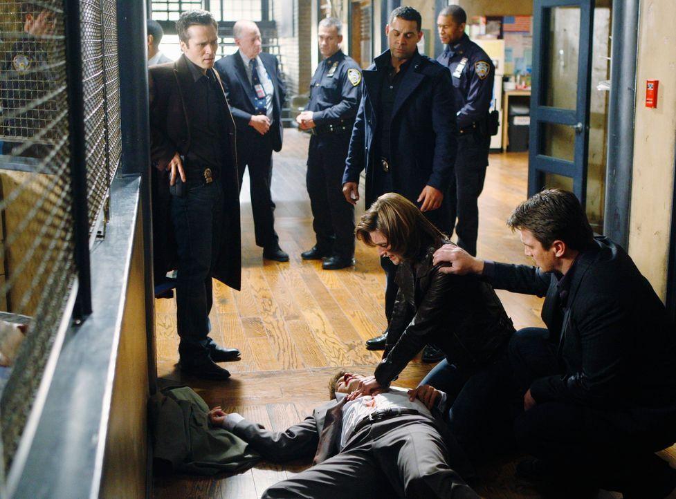 Verzweifelt: Beckett (Stana Katic, l.) versucht den erschossenen Dick Coonan (Jay R. Ferguson, r.)  wiederzubeleben um an wichtige Informationen zu... - Bildquelle: ABC Studios