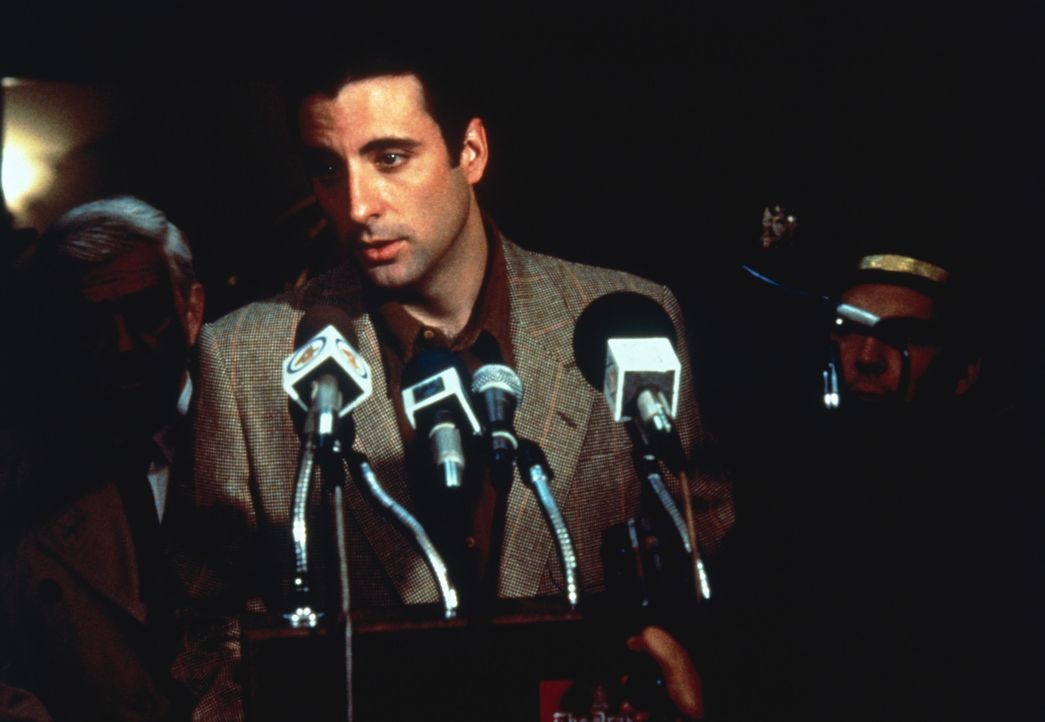 Hochstapler John Bubber (Andy Garcia) lässt sich von den Medien als Lebensretter feiern. Wird der Schwindel auffliegen? - Bildquelle: 1992 Columbia Pictures Industries, Inc. All Rights Reserved.