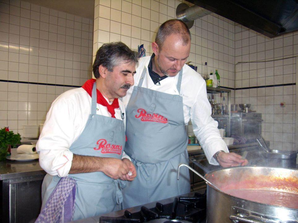Küchenchef Armando Poerte (l.) schaut dem Sternekoch Frank Rosin (r.) über die Schulter. - Bildquelle: kabel eins