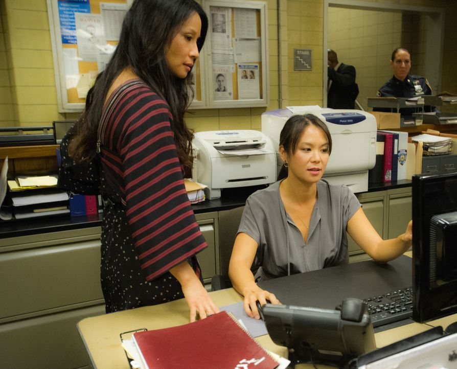 Joans Schwester Lin (Samantha Quan, r.) hat den Verdacht, dass sich Shinwell plötzlich wieder mit Mitgliedern seiner kriminellen Gang trifft. Um ein... - Bildquelle: Jeff Neira 2016 CBS Broadcasting, Inc. All Rights Reserved