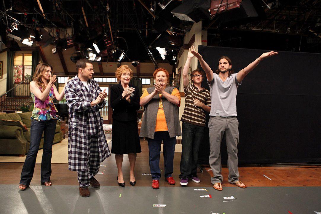 (9. Staffel) - Two and a Half Men: (v.l.n.r.) Judith (Marin Hinkle), Alan (Jon Cryer), Evelyn (Holland Taylor), Berta (Conchata Ferrell), Jake (Angu... - Bildquelle: Warner Brothers Entertainment Inc.