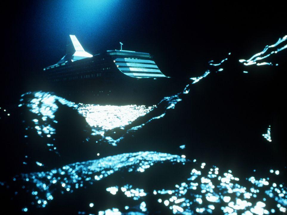 Langsam nähert sich der gigantische Tintenfisch seiner anvisierten Beute: dem U-Boot ... - Bildquelle: Nu Image
