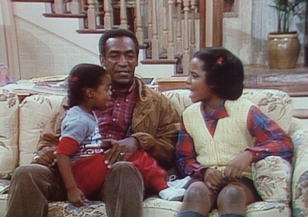 Cliff (Bill Cosby, M.) versucht, einen Streit zwischen Rudy (Keshia Knight Pulliam, l.) und Vanessa (Tempestt Bledsoe, r.) zu schlichten. - Bildquelle: Viacom