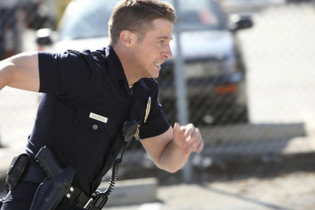Das Polizeitraining zahlt sich offensichtlich aus: Officer Ben Sherman (Benjamin McKenzie) jagt einen Verdächtigen durch die Hinterhöfe von L.A. ... - Bildquelle: Warner Brothers