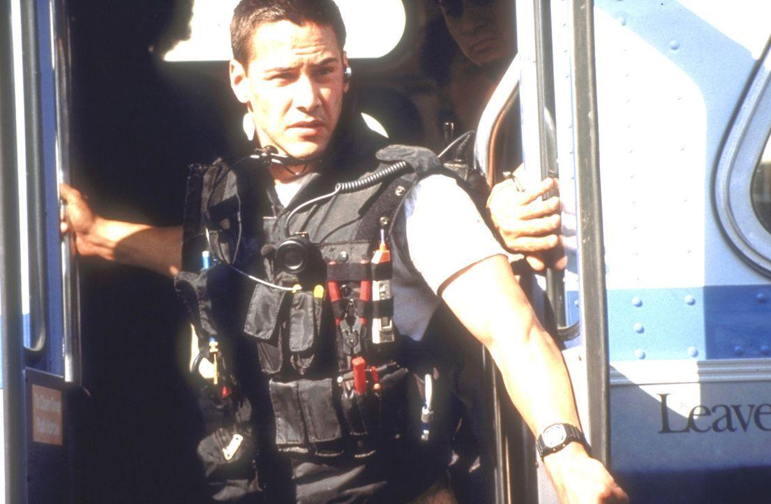 Wagemutig versucht Jack Traven (Keanu Reeves), zu den Insassen des fahrenden Busses zu gelangen ... - Bildquelle: Twentieth Century Fox of Germany