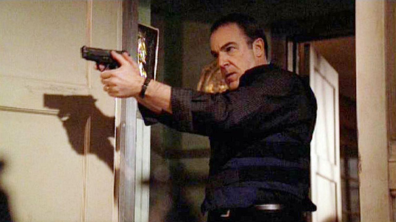 Auf der Suche nach Reid durchsucht Special Agent Jason Gideon (Mandy Patinkin) mit seinem Team das Anwesen von Tobias Hankel. Leider ist Hankel mit... - Bildquelle: Touchstone Television