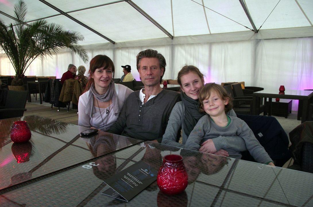 Zwei Berliner Familien, die sich noch nie im Leben begegnet sind, sollen ein Wochenende zusammen verbringen. Dafür dürfen am Tag nur 20 Euro pro P... - Bildquelle: kabel eins